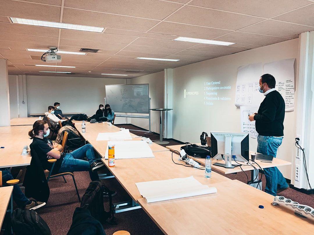 Naar jaarlijkse traditie hebben we de 3dejaars IT studenten van @hogeschoolpxl gisteren ondergedompeld in de wereld van innovatie 🌏 Deze keer op verplaatsing in de iClassroom op @cordacampus om alles zo veilig mogelijk te kunnen laten verlopen 😷Onze head of digital Glenn Gielens @ggielens en head of design @ellenhermans gaven een workshop over Service Design ✏️ met topics als CX, UX, UI en emotion driven design.Bedankt aan alle enthousiaste studenten en Hogeschool PXL voor de uitnodiging 🤩 • #pxl #cordacampus #cx #ux #ui #userexperience #usercentereddesign #emotiondrivendesign #appwisexwisemen #appwise #teamappwise #work #agencylife #innovatieroute