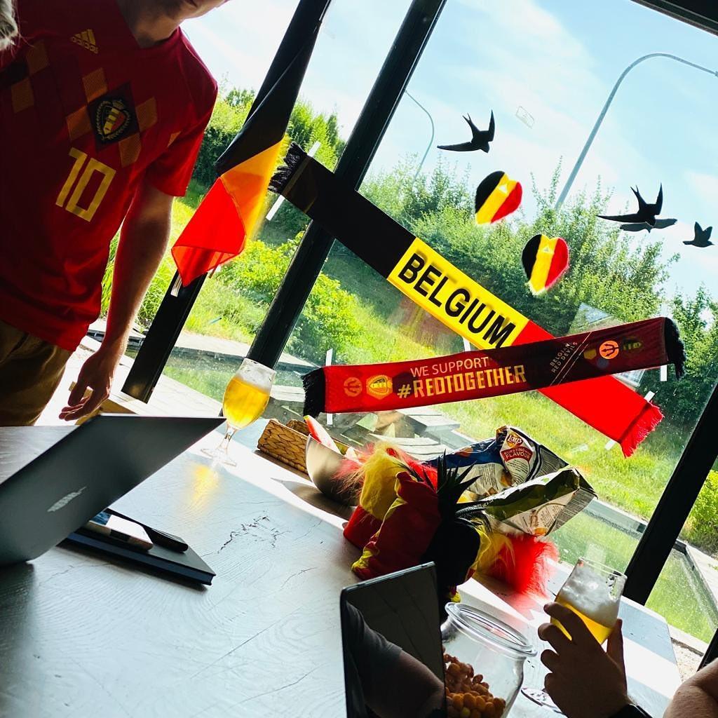 MATCHDAY ⚽️ Onze laatste meeting verloopt alvast 'all in red' 🇧🇪 #tousensemble #belgianreddevils #bierenfrieten